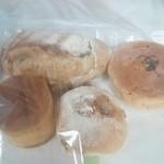 116166575 - 左上からカンパーニュ➡野沢菜のおやき↙ブリオッシュ(クリーム)➡塩豆あんぱん