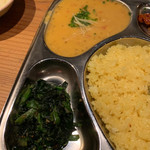 ナマステ・ネパール - ダルカレーとほうれん草のにんにく炒め