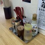 おとど食堂 葛西店はなれ - 卓上調味料 左から七味、胡椒、ラー油、酢、昆布醤油