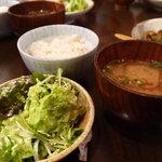 ごち屋 - サラダに味噌汁にご飯