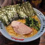 円満家 - 家系豚骨醤油らーめん 中盛り(750円)