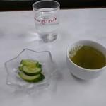 どさん子 - 最初に お漬け物サービス  お水とお茶 2つ    うれしい ありがとう