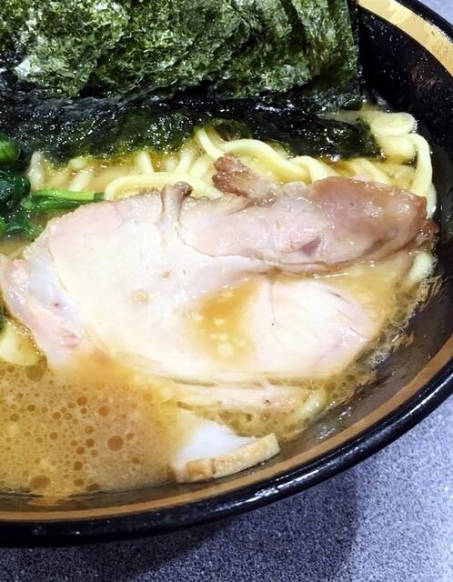 家系総本山 吉村家 - チャーシューはスモーク。美味しいです。