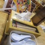 ラーメン 菅家 - テーブルの上 【 2012年2月 】