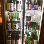 炭火と日本酒 ちょいちょい - この冷蔵庫から自分で選んで注ぎます