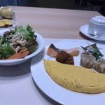 ベルテンポ - 料理写真:朝食ビュッフェ2600円(総額)。生野菜、オムレツ、鮭の塩焼きなど。生野菜の調味料にナンプラーがあるのも、私のツボにはまる理由です(╹◡╹)。本当は、フォー用ですが(笑)