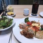 ベルテンポ - 料理写真:朝食ビュッフェ2600円(総額)。豆腐のハンバーグ、赤魚の塩麹焼きなど。鮭の手前が赤魚です。白髪ねぎ、青しそなどの薬味たっぷりで、さっぱりしながらも濃厚な旨味が楽しめました(╹◡╹)