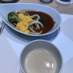 ベルテンポ - 料理写真:朝食ビュッフェ2600円(総額)。カレー、とろろ汁。カレーはほぼ日替わりです。この日は、ビーフ、チキンと、お肉たっぷりカレーでした。うどんとスクランブルエッグと一緒にいただきました(╹◡╹)