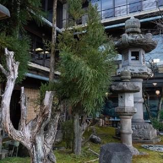 国内有数の高さを誇る石灯籠が印象的な、錦鶴自慢の中庭