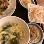 中華料理 豊楽園 - ニラレバセットのサイド スープ もやしのナムル 大根サラダ ザーサイ