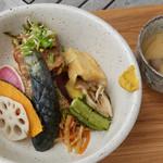 116267394 - 前代未聞、美味しい玄米ボウル。スープ付き1,000円。米が見えませんが、野菜などの下に豚の角煮と共に結構しっかり盛られています。