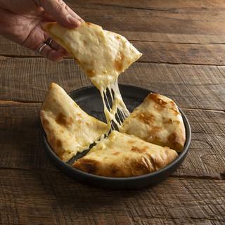 2種のチーズが入ったチーズクルチャ(チーズナン)