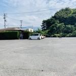 まなべうどん - 駐車場は広大!トラック、トレーラー可能。