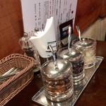 ステーキ&ワイン 神房 - テーブル上の調味料