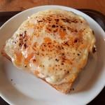 MONDIAL KAFFEE328 BAKERY ザヴォート - どっさり贅沢なチーズにクリーミーなホワイトソース、ベーコンの塩気やパンのサクサク感が口中に