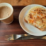 MONDIAL KAFFEE328 BAKERY ザヴォート - トロットロのチーズがこんがり炙られたクロックムッシュに、まろやかでスッキリとクセのないカフェオレ