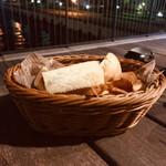 goodspoon - お通しのパン(最初は持って来てくださいますが  2度目からは 自分で取りに行くシステムだそうで お代わりは何度でも自由だそうです。)