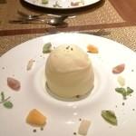 """ラ・パランツァ - Dolce ホワイトショコラドームに忍ばせたドライフルーツとリコッタチーズの""""カッサータ"""" 温かいエスプレッソソース アフォガード仕立て"""