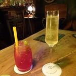 116313745 - 左・シンガポール、右・スパークリングワイン