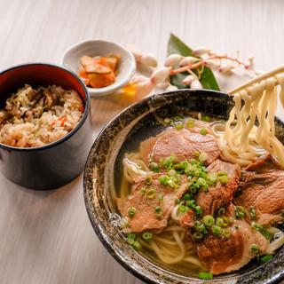 """沖縄そばとアグー豚を同時に堪能できる。口福感溢れる""""肉そば"""""""