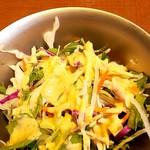 カナック - サラダ(その向こうは辛味調節用のタレ・・・使わなかった)