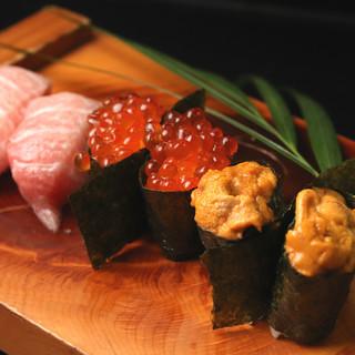 近港から仕入れる朝どれ時魚を毎日丁寧に握る新鮮な寿司で堪能!