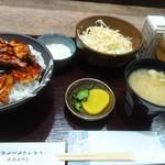 116349982 - 豚丼、マヨサラダ、生ビール