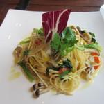 燈屋・伊太利亜食堂 - 自家製スモークチキンと野菜のパスタ