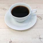 Cafe Beetle - フレンチプレスコーヒー400円+税 厳選された香り豊かな有機栽培のコーヒー豆を使用。コーヒーの素材本来の美味しさを楽しんでいただけるようにフレンチプレスでご提供しています。