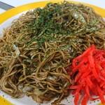 116364801 - 「焼きそば 大盛り」(¥450-税込)の全景でーす。真っ赤な紅生姜が良い「脇役者」なんです。お皿の黄色も映えますね。