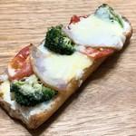 ベーカリー ブレッド & グラス - 野菜とハムのグラタンタルティーヌ
