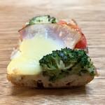 ベーカリー ブレッド & グラス - 野菜とハムのグラタンタルティーヌ断面