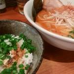 麺屋 宙 - ピリ辛味噌ラーメン(870円)とチャーシュー飯(300円)