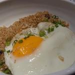 YAKINIKU BISTRO 石鎚 - 黒いガーリック和牛焼きめし目玉焼きのせ780円
