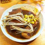 分家 無邪気 - もやし(¥100)、厚揚げ(¥150)、豚三枚身(¥250)。串刺しのバラ肉、とろける上質な脂身は黒豚ならでは