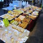 (有)高松の蒲鉾 - 店頭にはオリジナルでアイデア一杯の手作りの天ぷらや蒲鉾等が綺麗に並んでいます。
