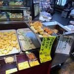 (有)高松の蒲鉾 - お店では店頭のフライヤーで美人のお嬢さんが出来たての熱々の天ぷらをその場で揚げてくれます。