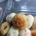 (有)高松の蒲鉾 - 後はお姉さんにお願いして適当に10個人気の天ぷらを盛り合わせてお土産にしました。