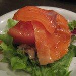 ぷらてーろ - 前菜のトマトとスモークサーモンのサラダ
