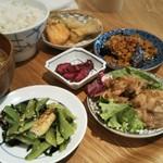 和カフェ yusoshi - デリごはん 4品 1380円 税別   サーモンとエリンギの胡麻味噌合え、ジャージャー茄子、豚の生姜焼、小松菜とお揚げのナムル