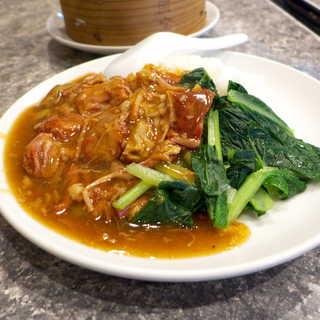 愛群 - 牛バラ飯(スープ付¥990)。とろとろに煮込まれた牛肉は八角の香りをまとい、甘口で煮込まれている