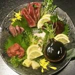jidoriwashokukoshitsuizakayatorishin - 総州古白鶏のムネ肉、砂肝、レバー、和牛のザブトン、それに馬刺し