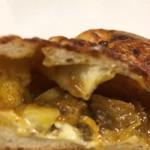 116432117 - 【チーズカレーパン】断面アップ