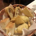 Prosciutteria Re:Pazza - パンの盛り合わせ ゼッポリ、カザティエッロ、フォカッチャなど