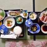 林屋旅館 - 料理写真:夕食(はじめに並んだ料理)
