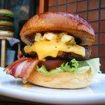 マグズカフェ - 料理写真:ベーコンチーズバーガー! 店内はもちろんテイクアウトでも一番人気です!