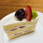 パティスリー セークルトロワ - 料理写真:シャンティも使いすぎない。スポンジからはしっかり卵とバターの香りが。いちごの無い季節はフルーツで。