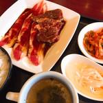 満腹リッチ - 料理写真:薄切り牛カルビと名物ハラミ定食・120g