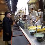 116464491 - 日本と同じ 対面調理対面販売です。