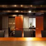 BAKURO - ゆったりとしたカウンター(6席)に個室は4名様、8名様のスタイリッシュな空間が魅力。
